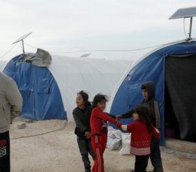 """""""مشقة الحياة"""".. صورة مؤثرة لأب سوري وطفله تفوز بجائزة دولية لعام 2021"""